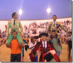 Fandi y Matias Tejela a hombros
