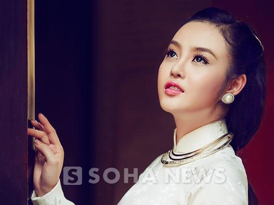 Hoa hậu Việt Nam Hoàn Cầu Julia Hồ đằm thắm trong áo dài xưa