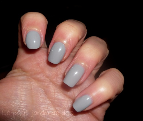 elle-magazine-september-2011-free-mavala-nail-polish-grey-02