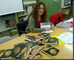 firmando montaña de libros