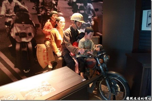 台南-國立台灣歷史博物館。看得出來這裡有幾貼嗎?五貼耶!我記得小時候父親還曾經用他的老機車載了七個人去喝喜酒。