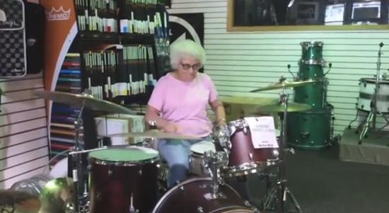 avó tocando bateria