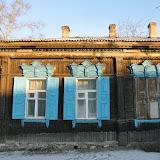 ロシアの伝統的な木造家屋。窓のデザインはいろいろある。