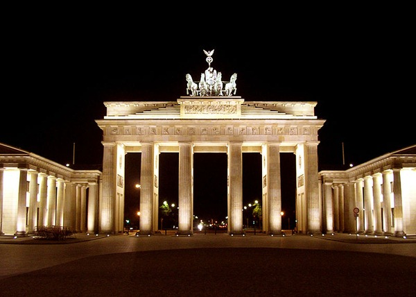 800px-BrandenburgGate_FrontatNight_June_2004
