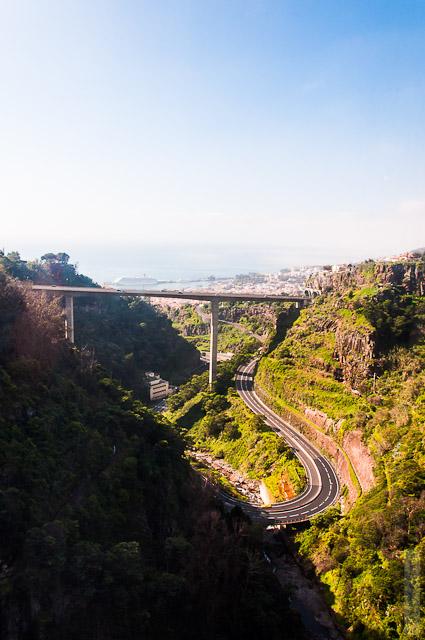 110. Февраль. Мадейра. Канатная дорога. Фуншал. Местные развязки красиво вписываются в атмосферу ущелья.