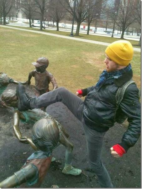 funny-statue-pose-013