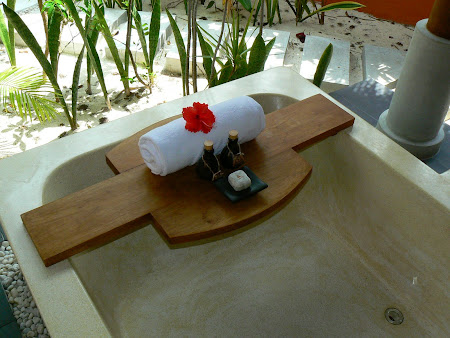 Maldives luxury accomodation: Outdoor bath tube