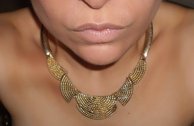 10-halloween-cleopatra-egypt-queen-makeup-look-necklace