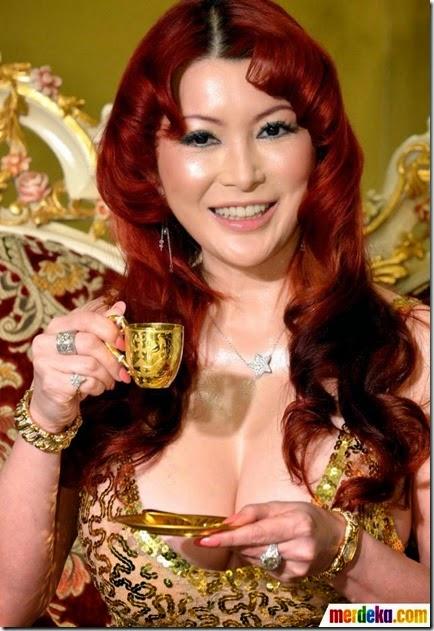 model-cantik-jepang-mika-kano-mewahkan-pameran-emas-tokyo-004-iqbal-s-nugroho