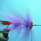 17. Nawlekam muszki na plecionkę uwiązaną do haka, przedzielając je koralikami.