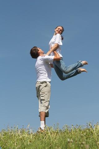 femeie fericita - cuplu fericit