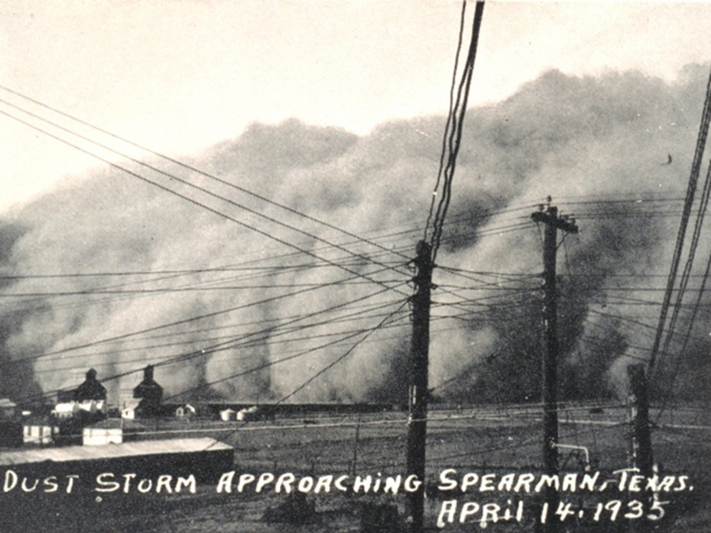 Dust storm approaching Spearman, Texas, 14 April 1935. Photo: NOAA