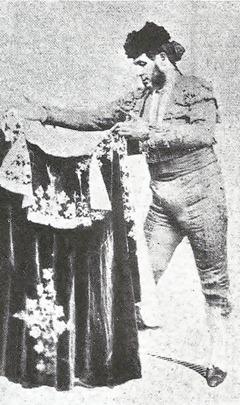 Manuel Dominguez Cossio Foto estudio capote de seda