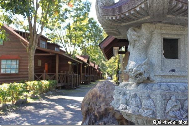寶來-芳晨溫泉渡假村。日式宮燈和小木屋。宮燈上的獅子雕得還蠻可愛的。