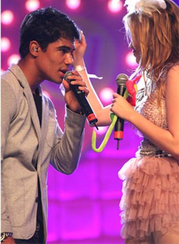 Sophia Abrahão e Micael Borges agora são namorados na vida real.
