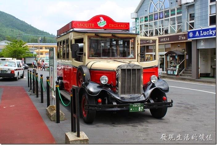 日本北九州-由布院街道。「古董觀光巴士Scarborough」。由英國古典列車改裝 (British Aquinas' classic car) 。
