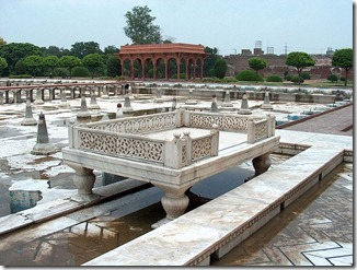 796px-Shalamar_Garden_July_14_2005-Sideview_of_marble_enclosure_on_the_second_level