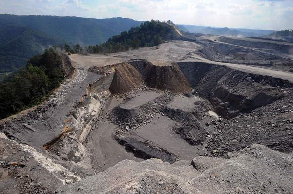 A mountaintop removal mining site at Kayford Mountain, W.Va., with Coal River Mountain, left, in the background, 18 September 2008. Photo: Jeff Gentner / Associated Press