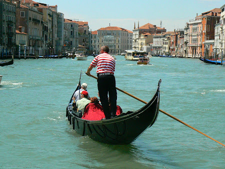 Obiective turistice Venetia: Gondolier pe Canale Grande