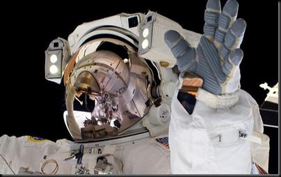 Astronauta Alvin Andrew durante caminhada espacial (Foto: NASA)