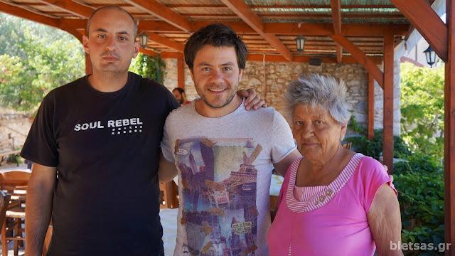 Με τον Ιωακείμ απο την Ταβέρνα Ανάβατος και την μοναδική κάτοικο του χωριού τον χειμώνα, κα Σμαράγδα.