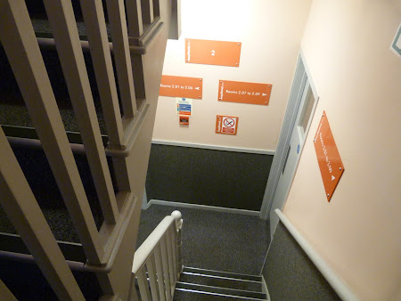 Cazare Anglia: pe scari in Easyhotel Paddington London