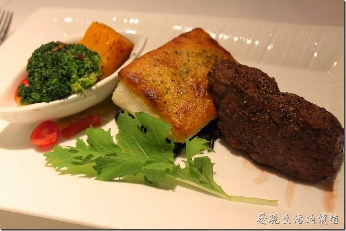 台南-西堤(Tasty)民族店。主餐-海陸雙拼〈魚+牛〉,也可以選擇〈魚+雞〉,牛排選了七分熟。魚排事鱈魚,還蠻好吃的,牛肉的肉質也是恰到好處,沒有太多的血水。主餐-海陸雙拼〈魚+牛〉,也可以選擇〈魚+雞〉,牛排選了七分熟。鱈魚排還蠻好吃的,牛肉的肉質也是恰到好處,沒有太多的血水。