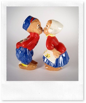 kissing figurines