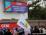 Des opposants et des journalistes le 5/9/2011  Kinshasa, lors du dpt de la candidature dEtienne Tshisekedi pour la prsidentielle 2011, devant le bureau de rception, traitement des candidatures et accrditation des tmoins et observateurs de la Ceni   Kinshasa. Radio Okapi/ Ph. John Bompengo