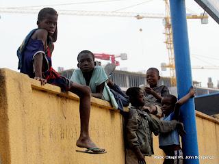 Ces enfants sans domicile fixe, passent la nuit le long de ce mur de la clôture de la gare centrale où ils ont été surpris ce 17/06/2011 Radio