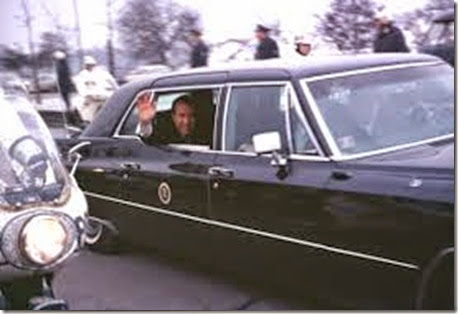 Richard_Nixon_waves_in_presidential_limousine