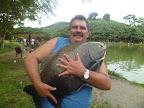 Helio e seu tambaqui de 17 kilos fisgado em Peruíbe SP