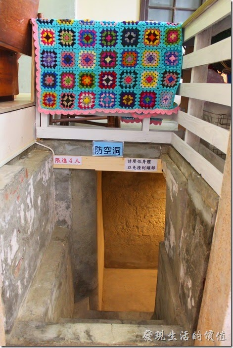 台南安平-運河路7號-創意市集 民宿。一樓有個地下室兼防空洞的空間。