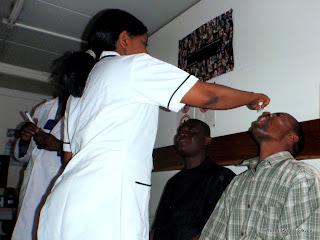 Une infirmière administrant le vaccin anti-polio à un patient au dispensaire de la Monusco à Kinshasa, ce 23/03/2011