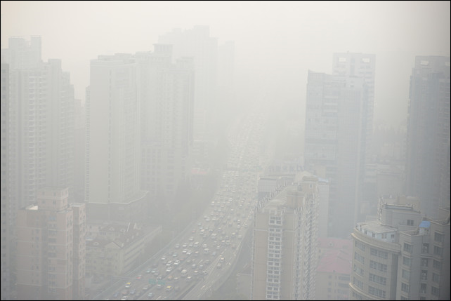 A view of downtown Shanghai shows severe pollution on 5 December 2013. Photo: Peter Parks / AFP / Getty Images