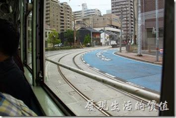 熊本的電車有好幾種不同圖案的樣式,搭乘的旅客也不少,上下班的時候人更多,班次也很密集。