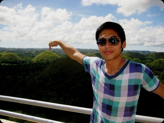 Kenneth at Bohol, fail photo opp at the Chocolate Hills