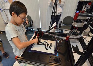Um robô desenvolvido pela Universidade Keio, em Yokohama, no Japão, criou um robô que ensina caligrafia para as crianças.