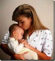 fotos de madres con sus bebes (9)