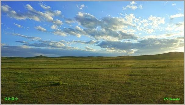车上拍摄没有道路的草原上行驶,看日落