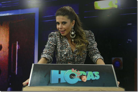 As beldades Cacau Colucci e Cinthia Santos se encontram em gravação de programa de carnaval na Globo