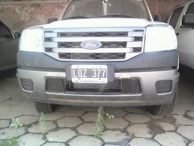 patrullero móvil policial estacionado chacabuco maleza yuyos