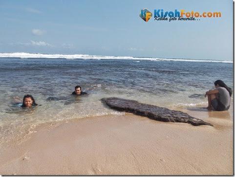 bermain ombak pantai watu kodok_02