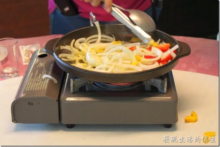 高雄-頭前園土雞城休閒餐廳。鹽燒泥火山銀雕。服務生會先準備一個小瓦斯爐,現在用奶油將洋蔥、甜椒等配菜在現場煎好。