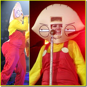 kelly-clarkson-stewie-griffin-halloween-costume