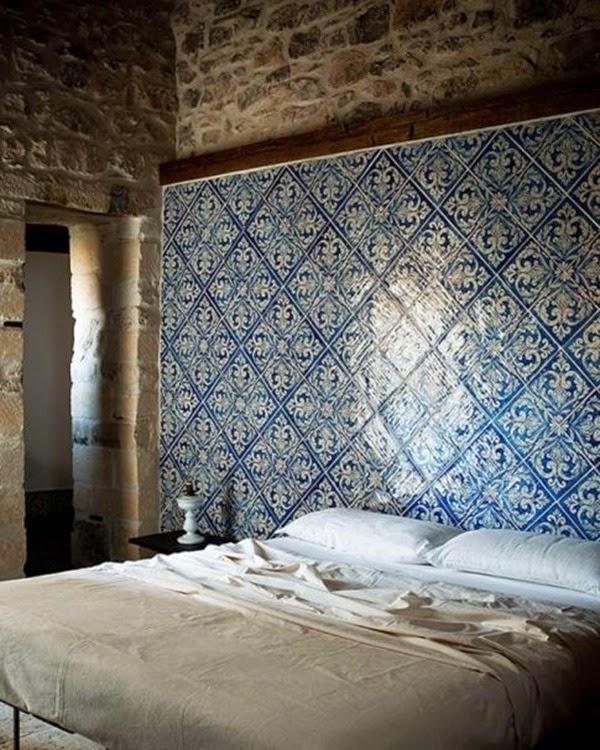 parete-con-ceramiche-indaco