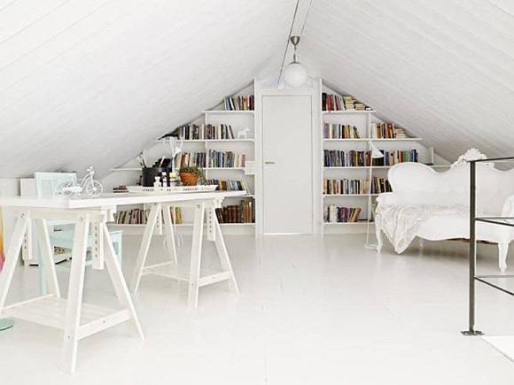 Una sala de estudio blanco en el ático