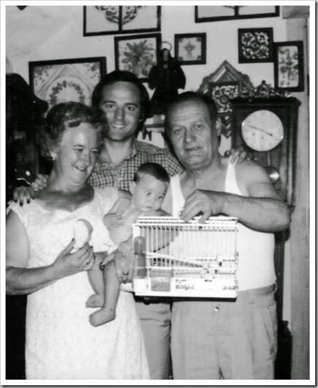 En mi casa, con mis padres. 1976