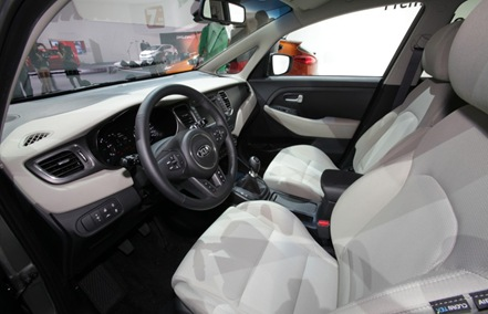 2013 Kia Carens interior