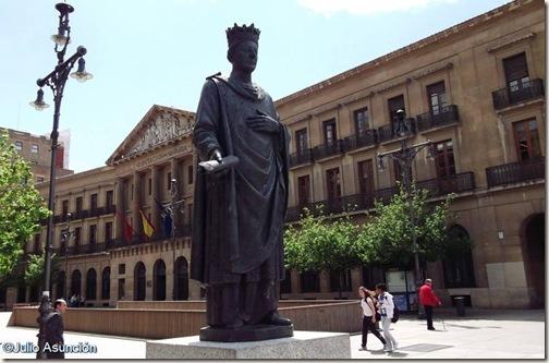 Estatua de Carlos III el Noble - Pamplona
